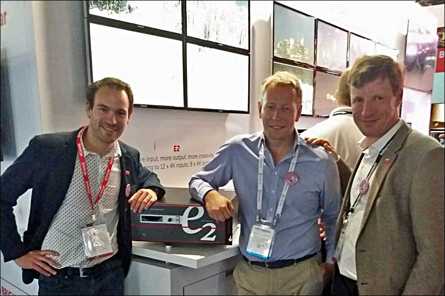 Wouter Bonte, Strategic Marketing Director bei Barco, Thierry Heldenbergh, Managing Director bei AED Display, Peter Pauwels, Strategic Marketing Director bei Barco (von links, Foto: AED)