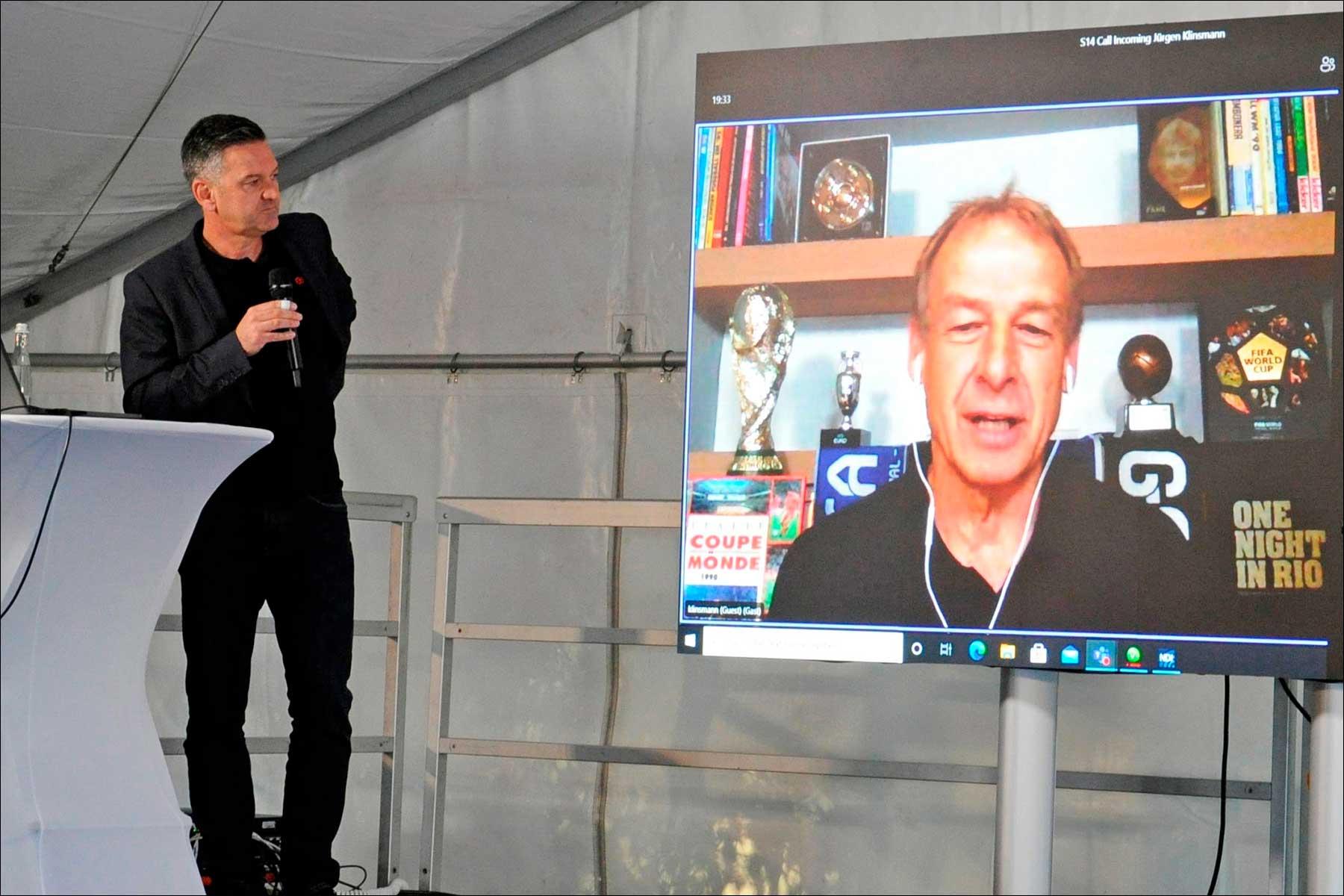 Zum Abschluss sprach Jürgen Klinsmann in einer Video-Live-Schaltung mit Rainer Sprinzl über Führungskultur und den Einsatz von Medientechnik im Fußball (Foto: exertis Pro AV)