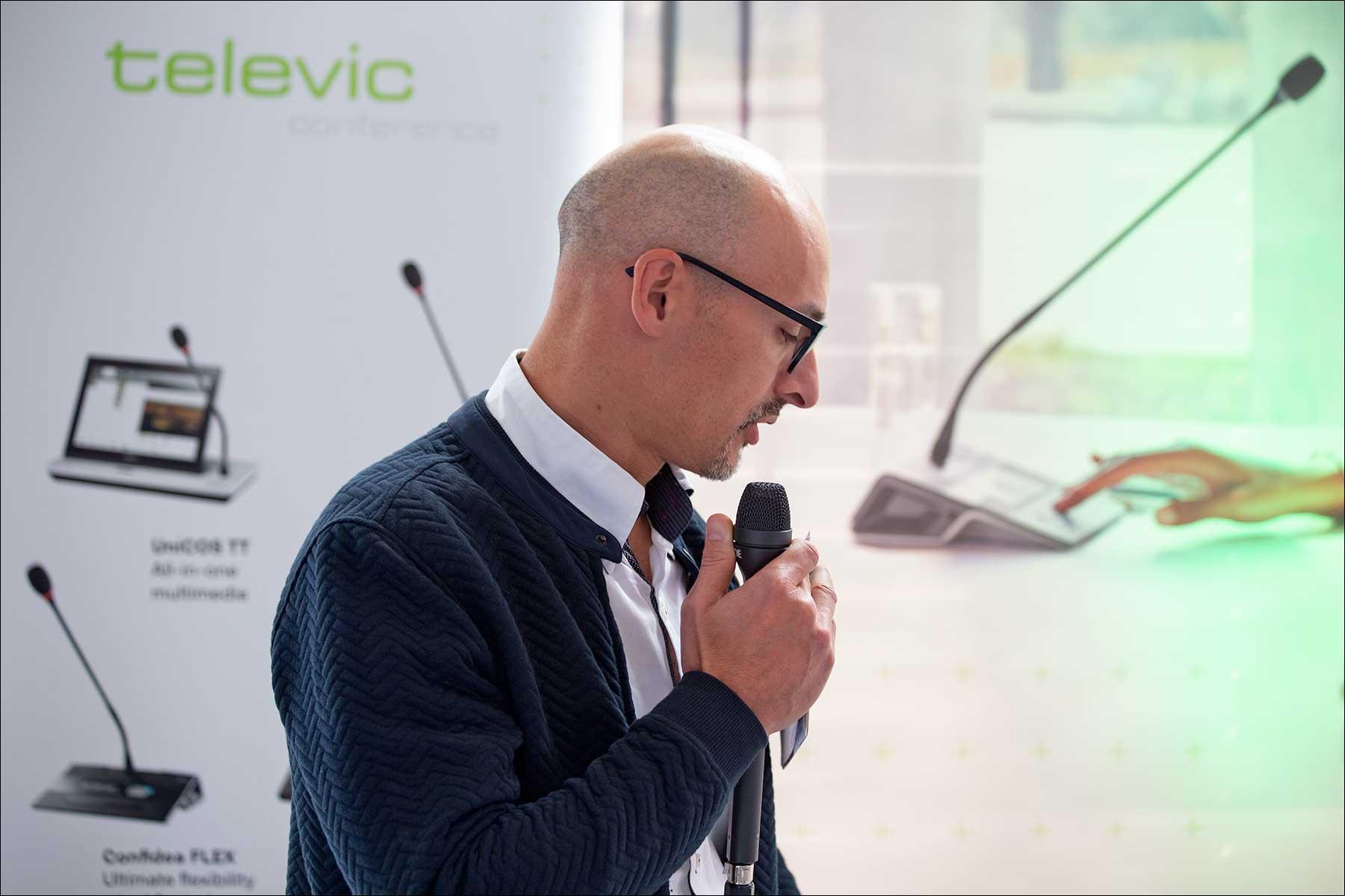 Francesco Cavaliere mit den televic Sprechstellen und mehr (Foto: Tom Becker)