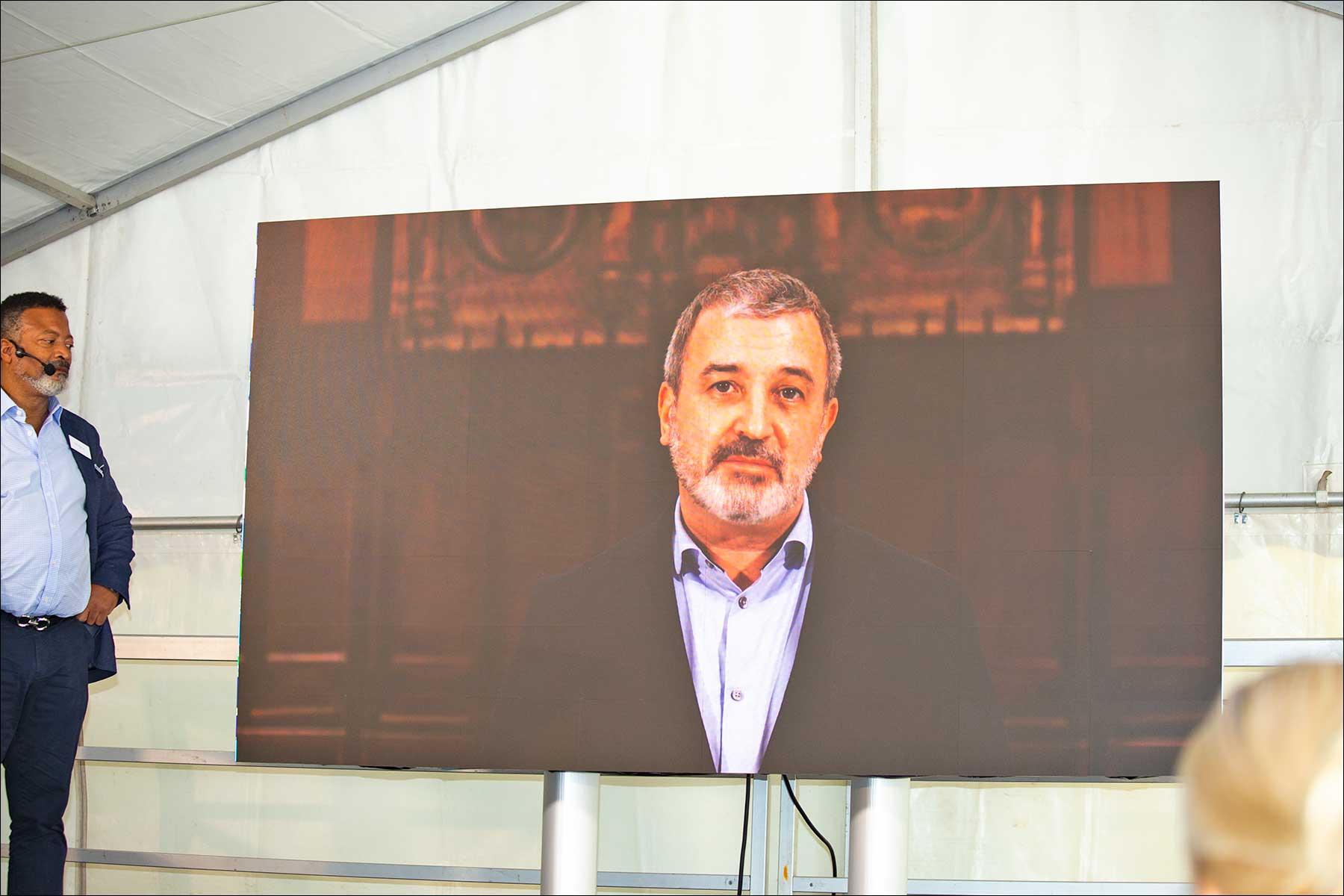 Mike Blackman von der ISE hatte eine Grußbotschaft des Bürgermeisters von Barcelona dabei (Foto: Tom Becker)