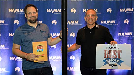 LD Systems auf der NAMM: Links Gabriel O'Brien, Sales Manager bei Larry's Music Center mit Steven Savvides, Präsident der Musical Distributors Group.