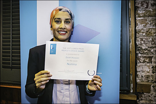 Zarah Hussain mit ihrem Award in London.