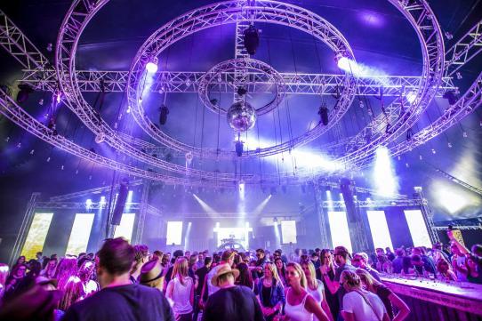 Tante Mia tanzt und 10.000 Besucher tanzten mit zur Musik aus dem RCF Line-Array